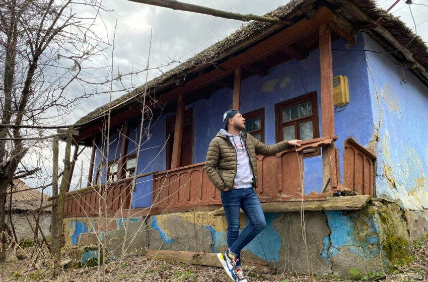 Povestea caselor acoperite cu stuf de la poalele mănăstirii Hirova