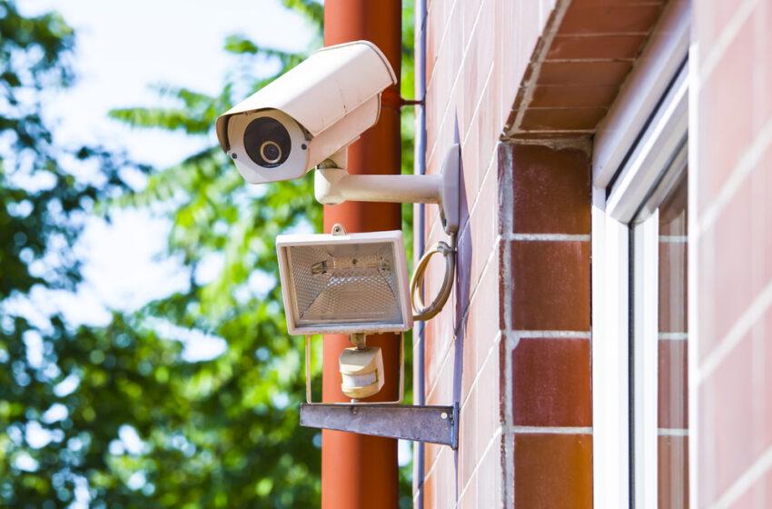Instalarea camerelor de filmat pentru locatarii blocurilor de locuit. Cum au reacţionat instituţiile de stat.